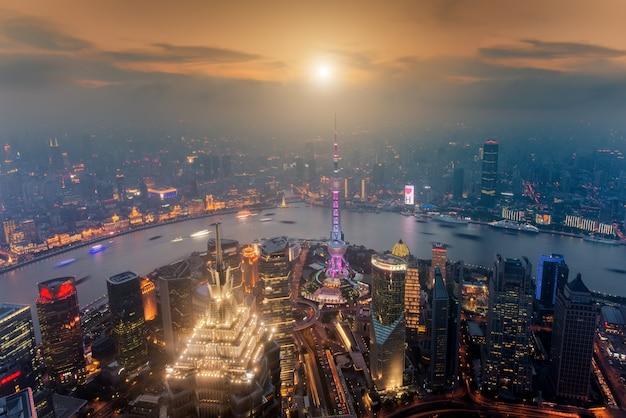 Вид с воздуха на шанхай на небоскреб торговой зоны финансов и делового района lujiazui, шанхай китай