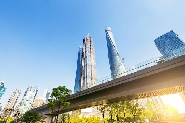 Шанхайский всемирный финансовый центр небоскребов в группе lujiazui