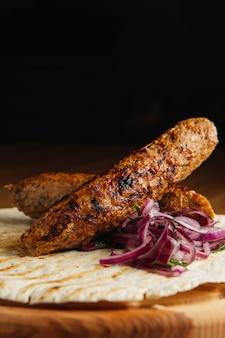 Люля кебаб с лавашем и луком