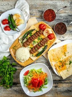 Люля кебаб с рисом салат из овощей вид сверху