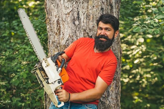 숲에서 전기 톱으로 벌목