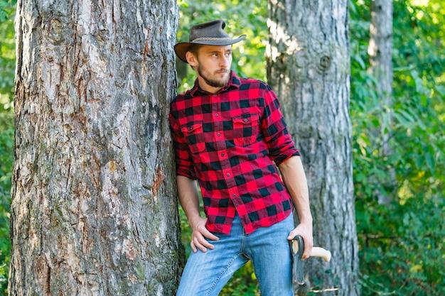Дровосек идет в лесу с топором дровосек стоит в лесу с топором ...