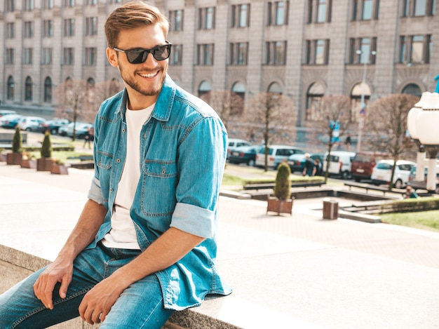 Портрет красивый улыбающийся стильный битник lumbersexual бизнесмен модель. человек, одетый в джинсовую куртку одежды.