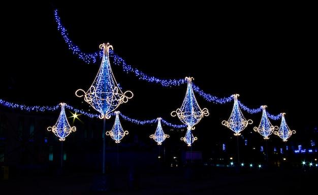 青、白、オレンジ色のランプの形をした明るいクリスマスデコレーション