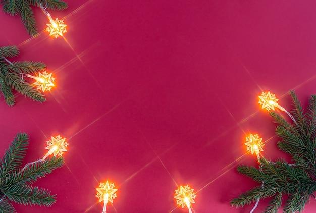 明るいクリスマスの花輪とトウヒの枝 Premium写真