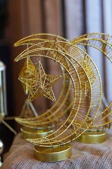 별과 함께 달의 빛나는 인물. 이슬람의 상징. 골드 스타.