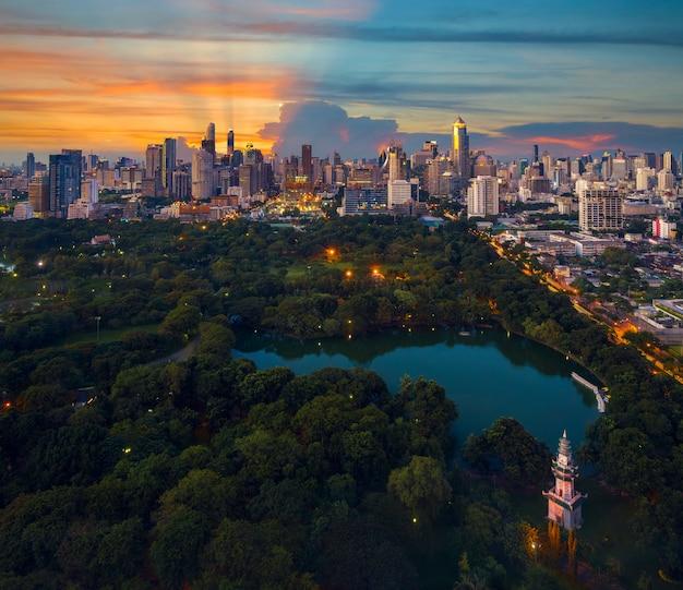Спортивный парк люмпини и вид на город бангкок из бара на крыше отеля, бангкок, таиланд