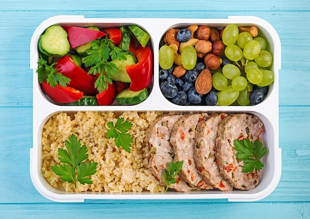 도시락 미트 로프, bulgur, 견과류, 오이 및 베리. 건강 피트니스 음식. 치워 점심 도시락. 평면도