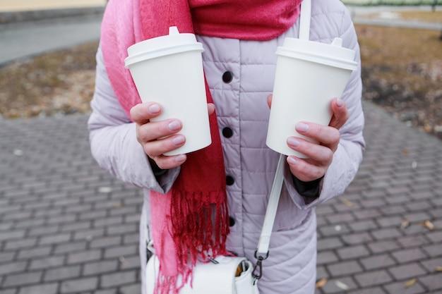昼休みの女の子が公園でパイを食べてコーヒーを飲みながら、ベンチフードデリバリーをしたい...