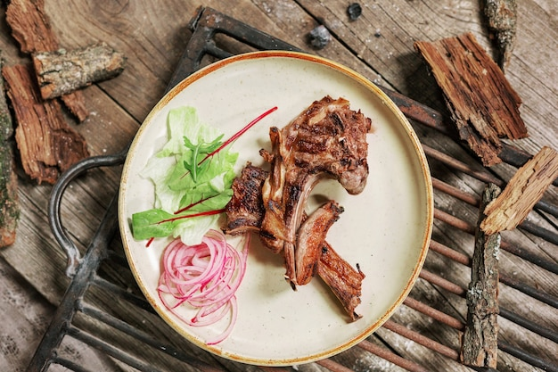 素朴なスタイルのヴィンテージの木製のテーブルでランチの肉豚のグリル。 bbcフード。