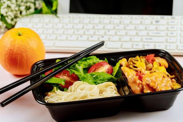 직장에서 식사 주문을위한 점심 메뉴