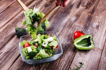 Обед или ужин идеи. Свежий салат из зелени, авокадо, зеленый перец, помидоры черри