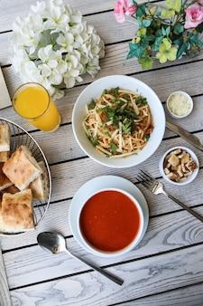 Pranzo set minestra spaghetti cracker parmigiano