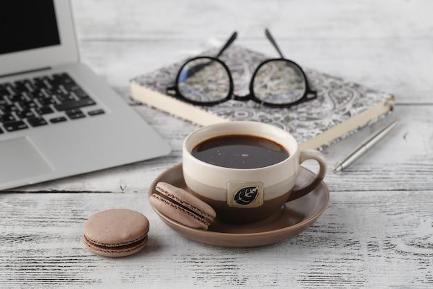 職場でのコーヒーとマカロンのランチタイム