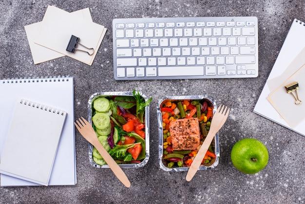 사무실에서 점심 시간. 음식 배달