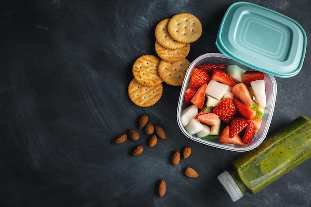 상자에 과일과 함께하는 점심