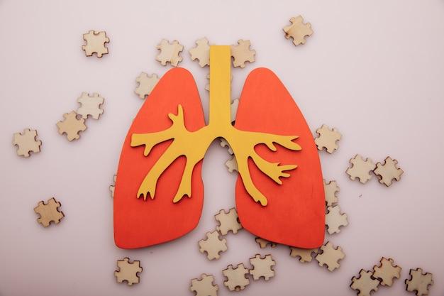 폐암 또는 호흡기 질환 개념. 나무 퍼즐과 폐.