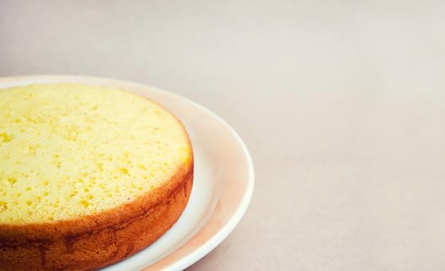 무성하고 키가 큰 클래식 비스킷 케이크, 케이크 빌렛. 파이, 수제 케이크, 주문 케이크