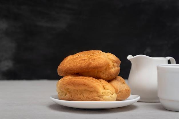 Пышные домашние эклеры и посуда для чая