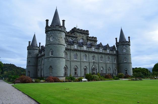 スコットランド、アーガイルのインヴァレリー城の緑豊かな風景
