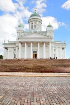 Лютеранская христианская соборная церковь в старом городе хельсинки, финляндия. композиция копировального пространства