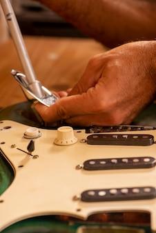 기타를 수리하는 루티에