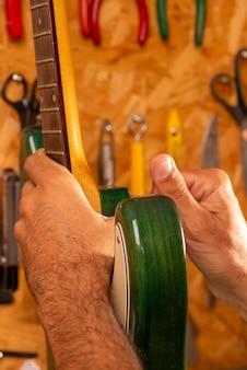기타를 수리하는 루티에 프리미엄 사진