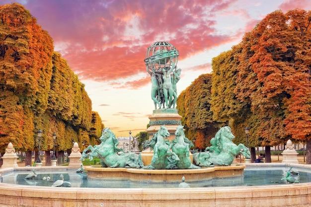 Люксембургский сад в париже, fontaine de lâ € ™ observatoir.paris.france