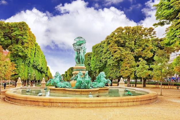 Люксембургский сад в париже, фонтан обсерватории. париж.