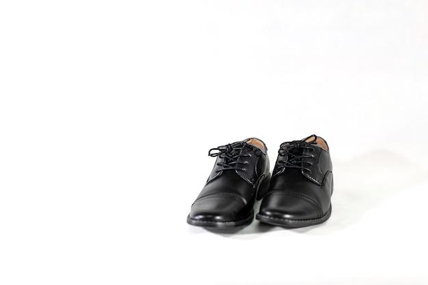 Роскошный мужской кожаный черный ботинок на белом фоне изоляции.