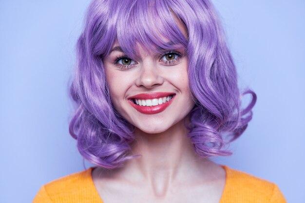 Роскошные и счастливые модели короткие волосы весело изолированные фон