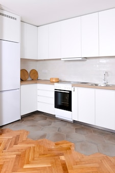 나무 요소가있는 흰색의 고급스럽고 현대적인 주방 인테리어