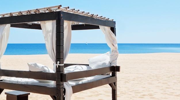 Роскошная кровать у моря, пляж для отдыха на отдыхе. португалия, алгарве.