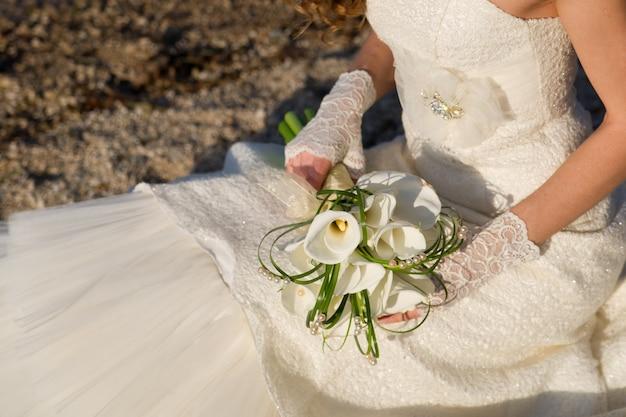신부 손에 고급스러운 꽃다발