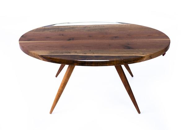 白い背景、側面図にエポキシ樹脂と豪華な栗のテーブル