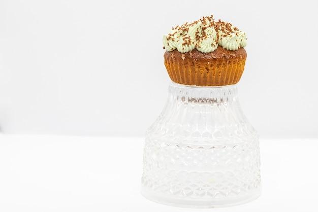 クリスタルプレート、白い背景にミントバタークリームとチョコレートの豪華なカップケーキ