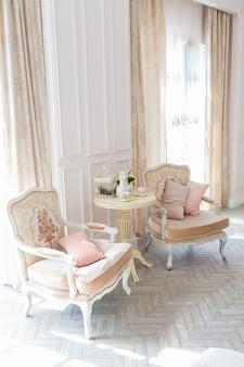 ベージュ色の古いバロック様式の豪華で高価なインテリアデザインルーム