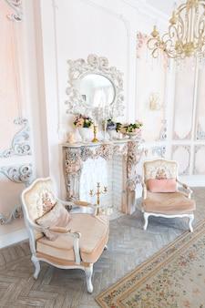 베이지 색상의 오래된 바로크 스타일의 고급스러운 비싼 인테리어 디자인 룸