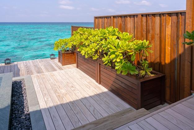 Роскошный экстерьер очень дорогой богатой водной виллы на мальдивах, отделанной натуральным деревом.