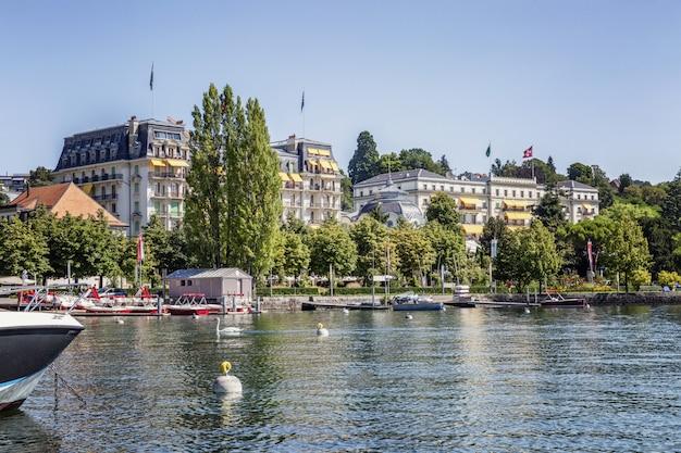 美しいヨーロッパの都市の湖畔にある豪華なホテル。