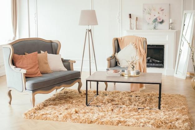 Роскошный интерьер светлой комнаты в стиле прованс с роскошной мебелью
