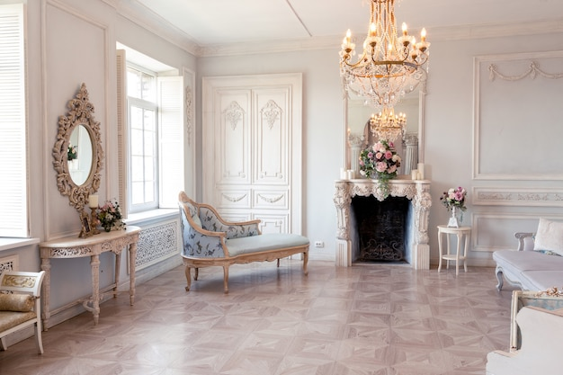 古いスタイリッシュなヴィンテージ家具を備えた王宮のようなバロック様式のリビングルームの豪華な明るいインテリア