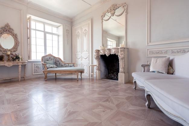 Роскошный светлый интерьер гостиной в стиле барокко как в королевском замке со старинной стильной винтажной мебелью.