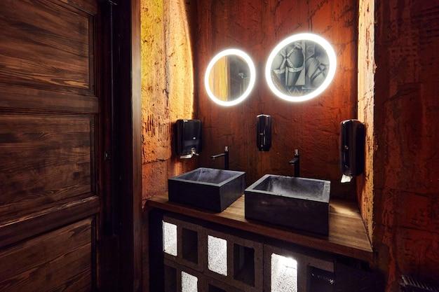 Роскошная минималистичная ванная комната с каменными раковинами