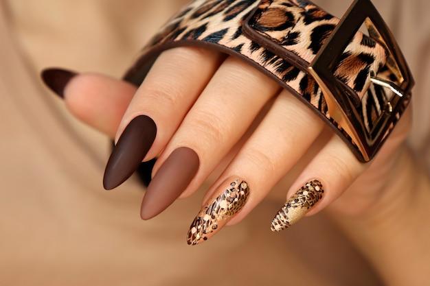 긴 손톱에 동물 디자인의 고급스러운 여러 가지 빛깔의 무광택 매니큐어.