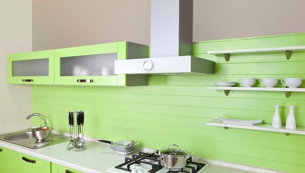 Шикарная новая зеленая кухня с современной техникой