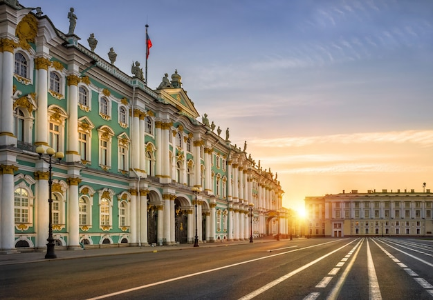 サンクトペテルブルクの豪華な宮殿と朝日