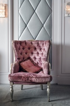 豪華なピンクのベルベットのアームチェア