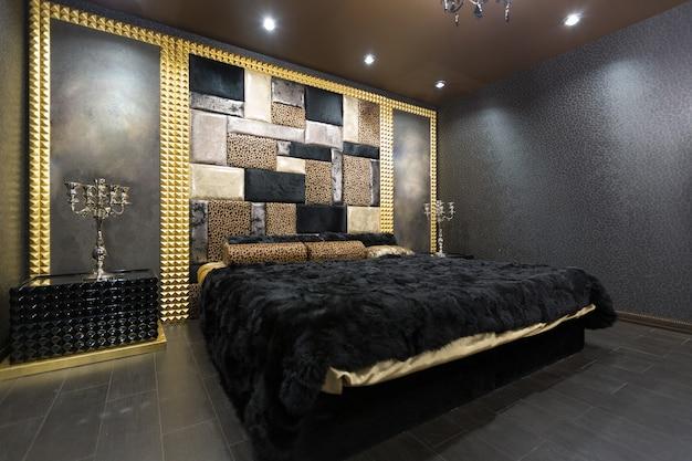 웅장한 가구와 검은 색과 금색의 화려한 스타일의 고급스러운 로맨틱 한 객실