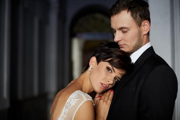 Роскошная стильная молодая невеста и жених